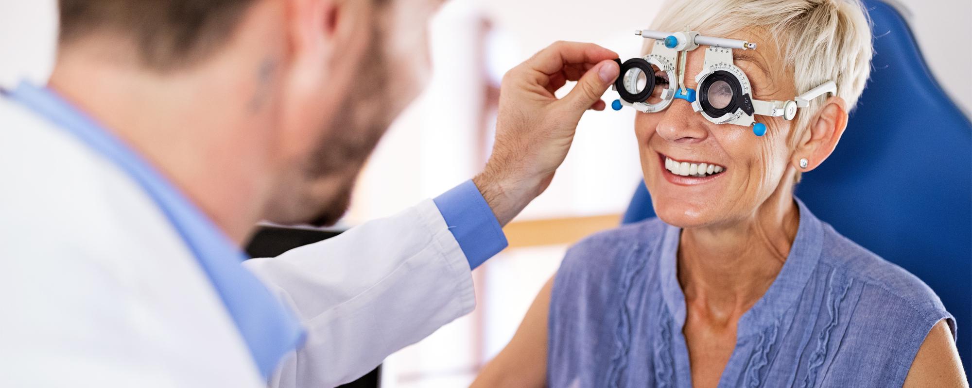 Kvinna gör synundersökning - Ögonexperten